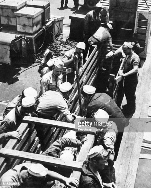 On embarque des chèvres sur le 'SSS Burleson' qui les conduira àl'atoll Bikini et seront utilisées comme cobayes pour des expériences atomiques aux...