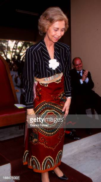 On her official trip to Mozambique the Spanish Queen Sofia wears a typical skirt Thirty April 1998 Mabuto