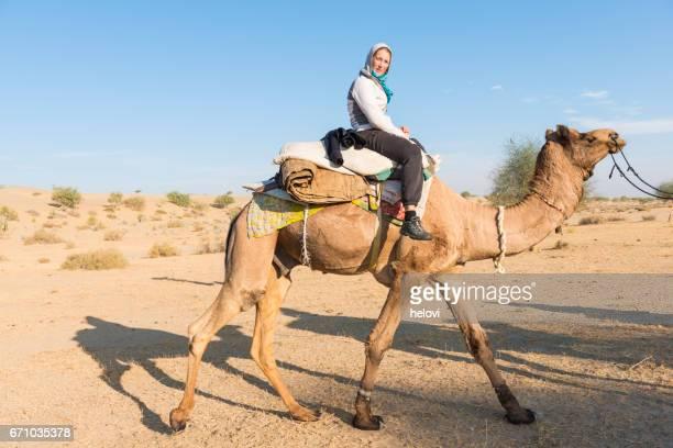 Sur le chameau dans le désert
