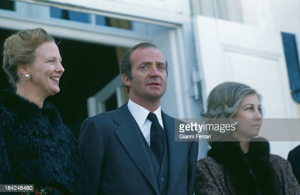 On their official visit to Denmark the Spanish Kings Juan Carlos and Sofia together with the Danish Queen Margaret II in front of the Palace of...
