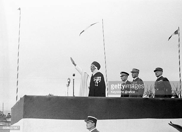 On voit un ancien combattant musulman prêter serment en arabe avec derrière lui le général Weygand l'amiral Abrial et le général Paquin en Algérie en...