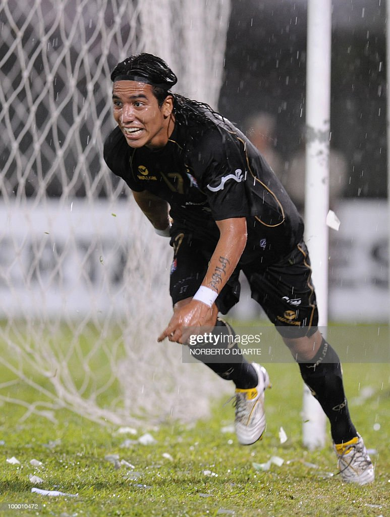 Once Caldas' Dayro Moreno celebrates after scoring against Libertad during their Libertadores Cup football match on May 6, 2010 in Asuncion. AFP PHOTO Norberto Duarte