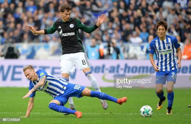 Ondrej Duda of Hertha BSC Leon Goretzka of FC Schalke 04 and Genki Haraguchi of Hertha BSC during the game between Hertha BSC and Schalke 04 on...