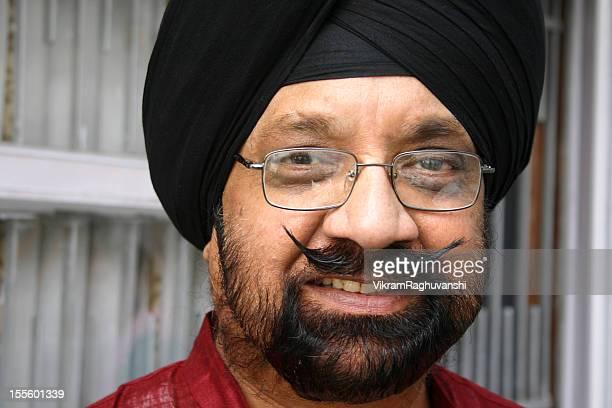 Un allegro anziano uomo indiano Sikh