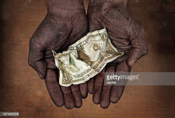 Banconota da un dollaro in mani umane