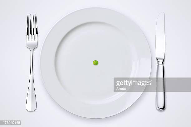 Erbsen auf einem Teller. Gedeckter Tisch mit Clipping Path.