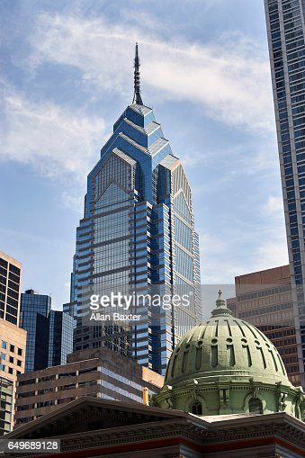 One Liberty place skyscraper in Philadelphia against blue skies : Bildbanksbilder