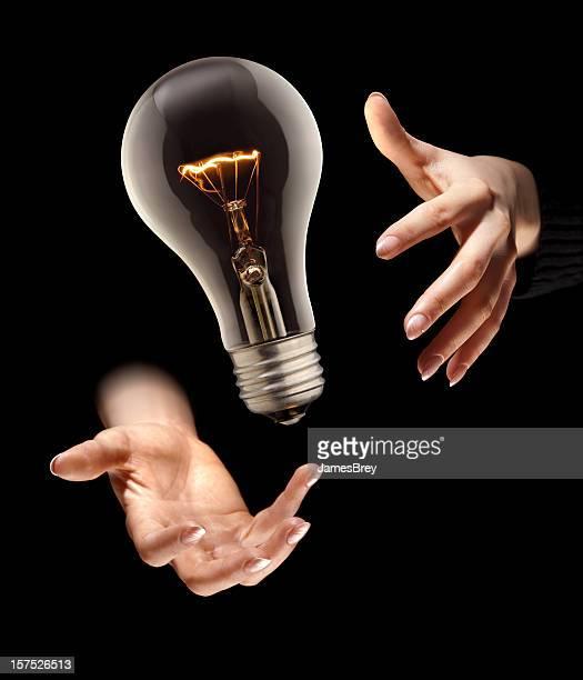 La magia de una Idea y bombilla Levitates en mago manos