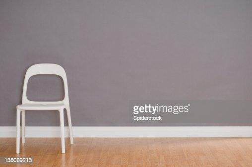 1 つのモダンなプラスチック製の椅子