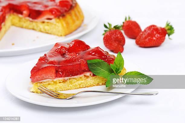 Un morceau de gâteau aux fraises fraîches