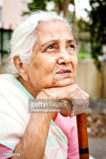 1 悲しい置く哀愁漂う老人女性を見上げるインド
