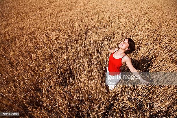 Una donna sentirsi libero nel campo di grano