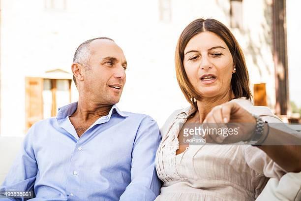 Une femme avec mari Vérifier l'heure-CNEULEI394