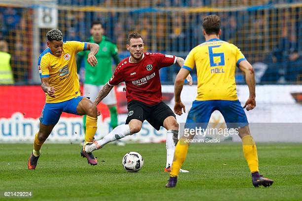Onel Hernandez and Quirin Moll of Braunschweig challenges Marvin Bakalorz of Hannover during the Second Bundesliga match between Eintracht...