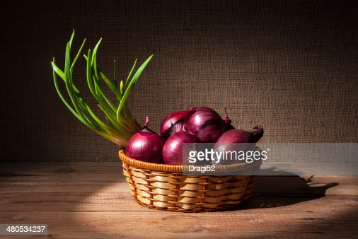 Zwiebeln in a wicker basket : Stock-Foto