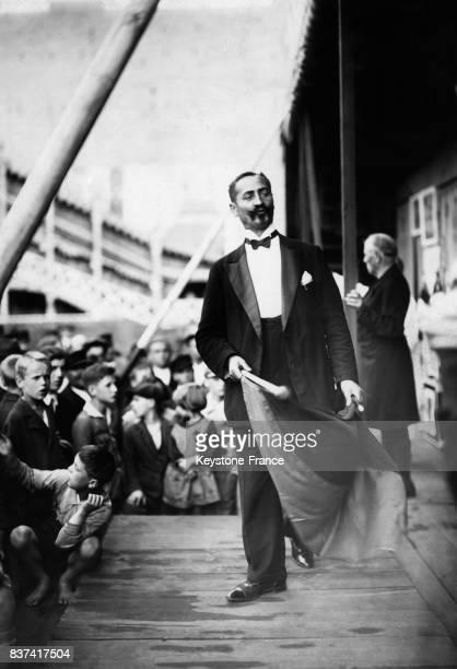 Onkel Pelle surnom du magicien et illusionniste berlinois Adolf Rautmann lors de son numéro de magie du Dr Mephisto circa 1920 en Allemagne