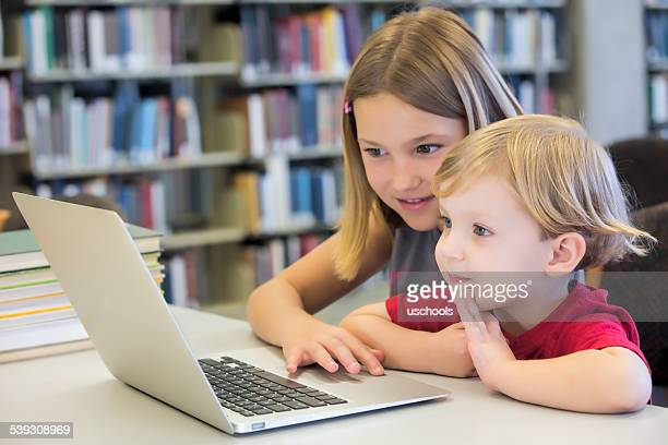 Online-Spaß!  Zwei Kinder Surfen Internet!