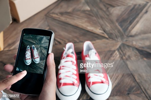 Online-Händler verwenden Handy nehmen Sie ein Foto des Produkts für den Upload auf Website-Online-Shop. : Stock-Foto