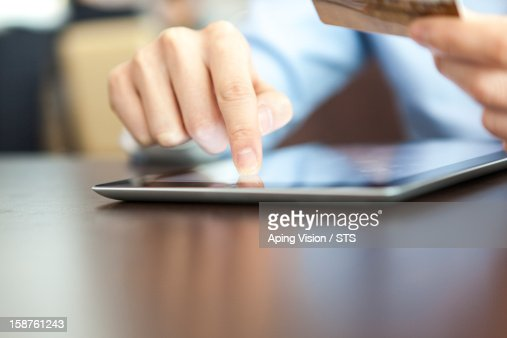 online shopping with tablet PC and credit card : Bildbanksbilder