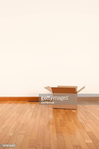 Boîte ouverte dans la salle vide
