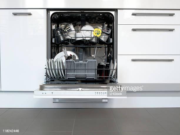 Aprire cassetti e gli armadi lavastoviglie in cucina