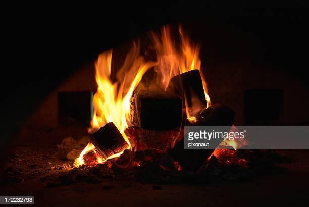 faire un feu de bois photos et images de collection getty images. Black Bedroom Furniture Sets. Home Design Ideas