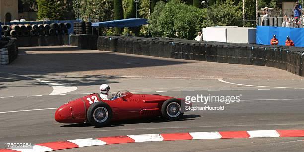 Ouvrez rouge historique de course de voiture sur le circuit