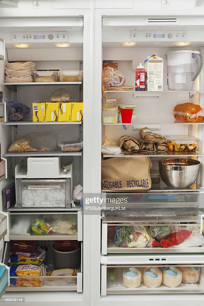Open Refrigerator With Food Items : Stockfoto