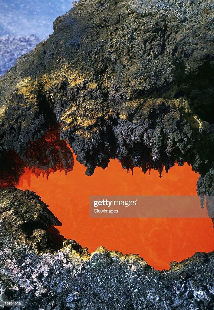 Open 'skylight' reveals river of molten lava flow, Hawaii : Foto de stock