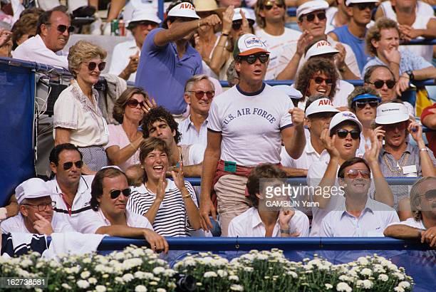 US Open Tennis Tournament 1985 Etatsunis lors du tournoi de tennis spectateurs dans les tribunes Ryan O'NEAL acteur debout en casquette et portant...