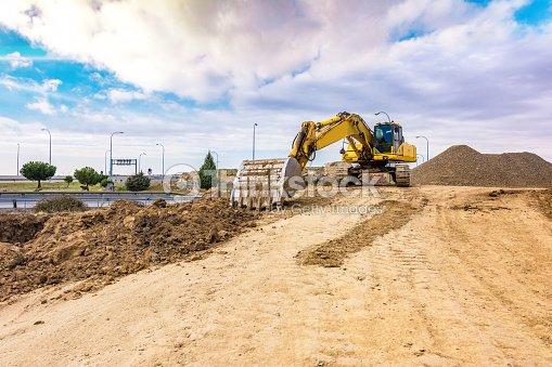 Mina al aire libre con maquinaria pesada, excavadoras para movimiento de tierra y roca : Stock Photo