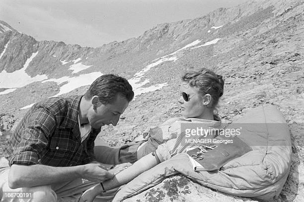 Operation Survival In The Mountains In 1960 24 JUILLET 1960 une expédition de type survie en hautemontagne avec des hommes et des femmes Scène de...
