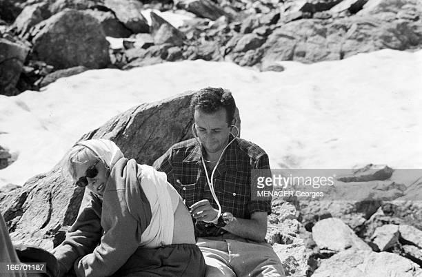 Operation Survival In The Mountains In 1960 24 JUILLET 1960 une expédition de type survie en hautemontagne avec des hommes et des femmes Une femme...