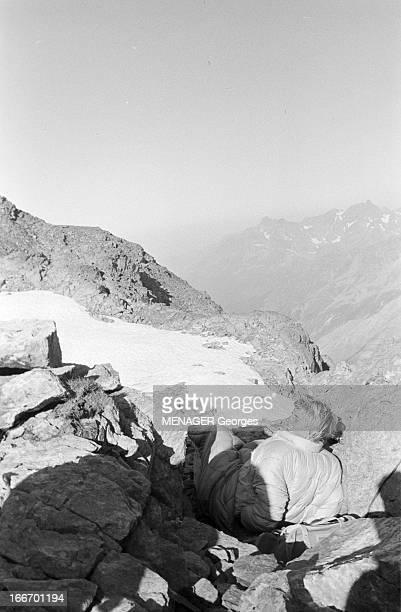 Operation Survival In The Mountains In 1960 24 JUILLET 1960 une expédition de type survie en hautemontagne avec des hommes et des femmes Une femme en...