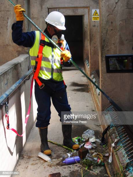 Operator cleaning the gate grid of the Atarjea drinking water plant on the Rimac river The Lima Water and Sewerage Service organized a tour of its...