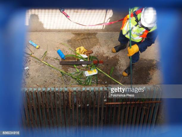 Operator cleaning the gate grid of the Atarjea drinking water plant on the Rimac river The Lima Water and Sewage Service organized a tour of its...