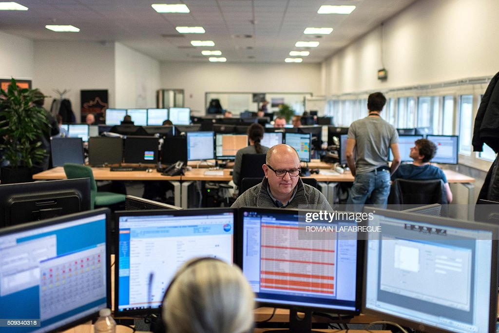 Operators work at Orange's mobile phone supervision center in Lyon on February 10, 2016. / AFP / ROMAIN LAFABREGUE