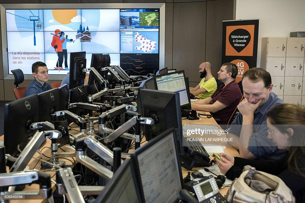 Operators work in front of a screen advertising 4G coverage at ski resorts at Orange's mobile phone supervision center in Lyon on February 10, 2016. / AFP / ROMAIN LAFABREGUE