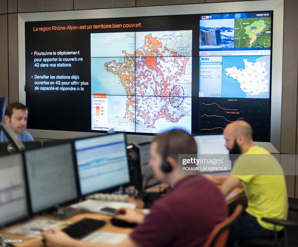 Operators work in front of a screen displaying 4G coverage across a map of France at Orange's mobile phone supervision center in Lyon on February 10, 2016. / AFP / ROMAIN LAFABREGUE