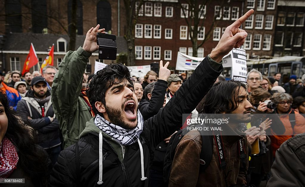 Opponents of anti-Islamic political movement PEGIDA (Patriotic Europeans Against the Islamisation of the Occident) protest and shout slogans prior to a demonstration of the anti-immigrant PEGIDA movement in central Amsterdam, on February 6, 2016. / AFP / ANP / Remko de Waal / Netherlands OUT