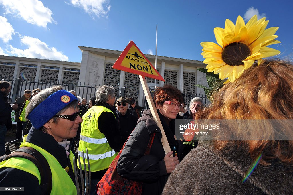 Opponents of the Notre-Dame des Landes airport demonstrate on March 20, 2013 outside the Saint-Nazaire courthouse. AFP PHOTO / FRANK PERRY