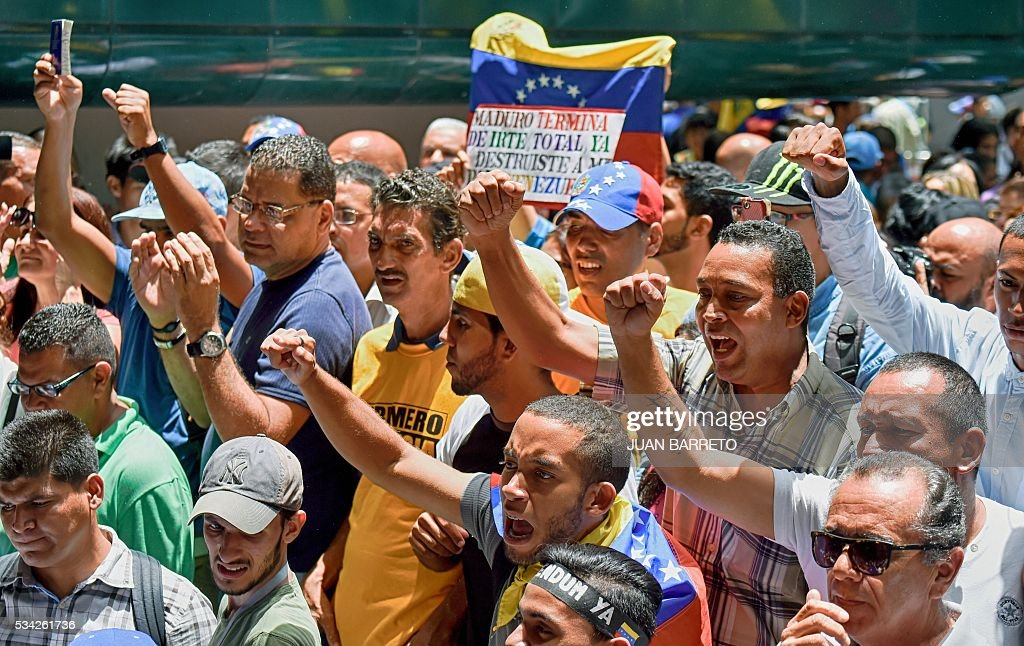 Opponents to the government of Venezuelan President Nicolas Maduro protest outside the Supreme Tribunal of Justice (TSJ) in Caracas on May 25, 2016. Protesters seeking to drive Maduro from office launched fresh street rallies on Wednesday, a test of their strength in a tense political crisis. / AFP / JUAN