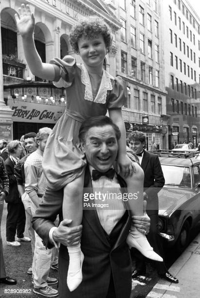 Opportunity Knocks presenter Bob Monkhouse gives a lift to nineyearold singer Toni Warne from Ipswich outside the London Palladium theatre *29/12/03...