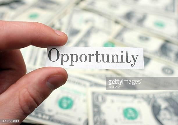 「機会」新聞の見出しを背景に、紙幣