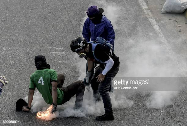 TOPSHOT Opposition activists clash with riot police during an antigovernment protest in Caracas on June 22 2017 / AFP PHOTO / JUAN BARRETO