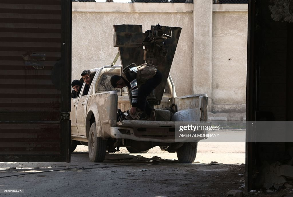 Opposition fighters hold a position in Tal al-Aswan in the area of the eastern Ghouta rebel bastion east of the Syrian capital, Damascus, during clashes with government forces on February 9, 2016. / AFP / AMER ALMOHIBANY