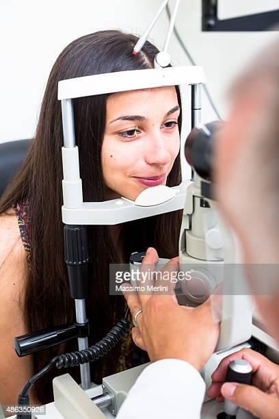 Optique visiter jeune femme et consulter son OPHTALMOLOGIE.