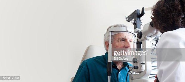 Augenoptiker mit Patienten