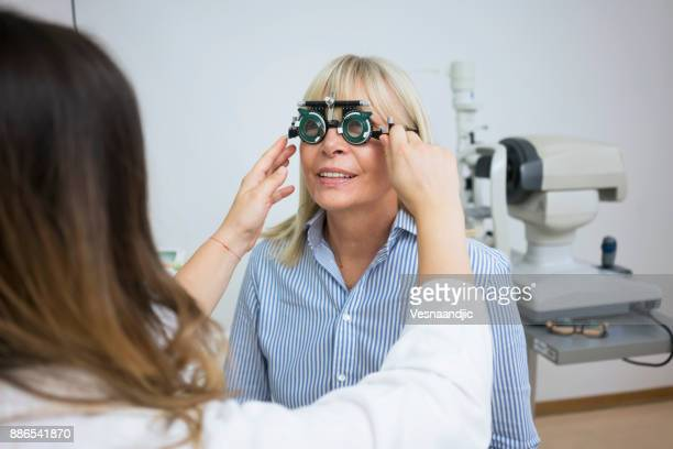 Opticien avec patient