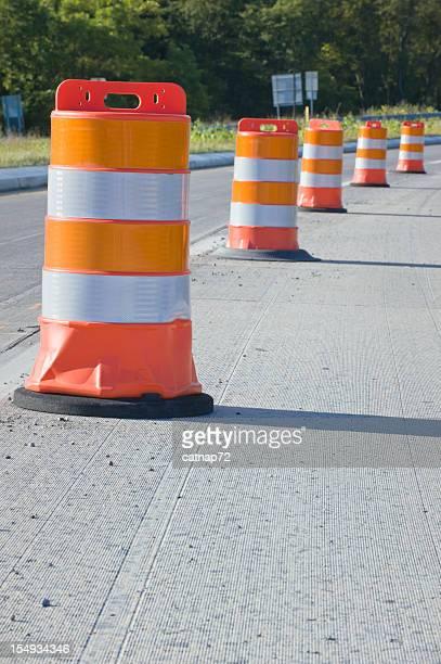 Barris laranja na estrada manutenção, reparação, construção de zona